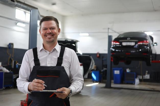 Hombre alegre en el centro automotriz