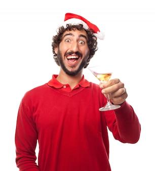 Hombre alegre con una copa en su mano izquierda