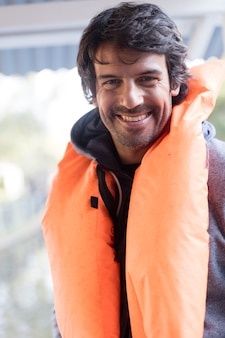 Hombre alegre listo para la excursión en bote