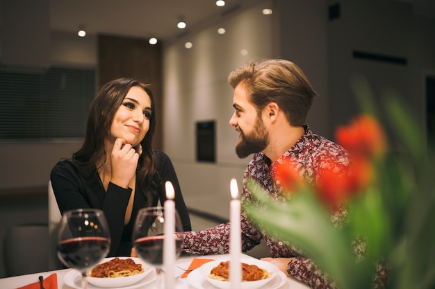 Hombre alegre y mujer disfrutando de la cena