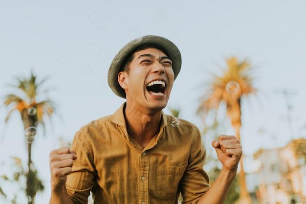 Hombre alegre en el parque