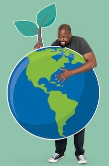 Hombre alegre con un símbolo de conservación ambiental.