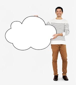 Hombre alegre sosteniendo una nube blanca en blanco