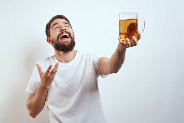 Hombre alegre taza cerveza alcohol borracho estilo de vida