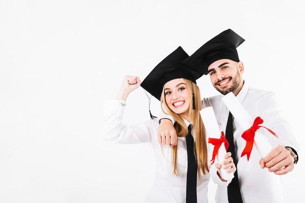 Hombre alegre y mujer con diplomas
