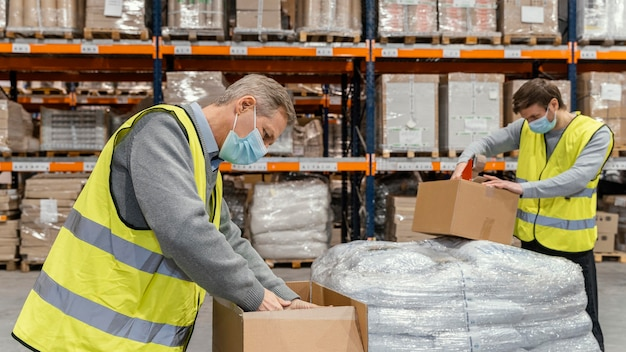 Hombre en almacén trabajando con paquetes