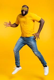 Hombre de alto ángulo bailando