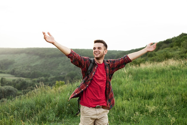 Hombre de alto ángulo con los brazos alzados