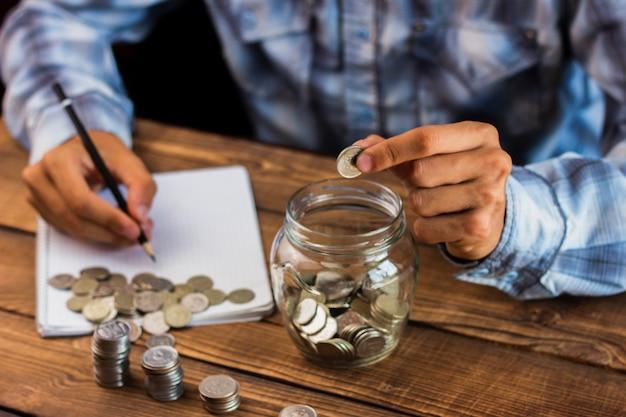 Hombre de alto ángulo calculando ahorros