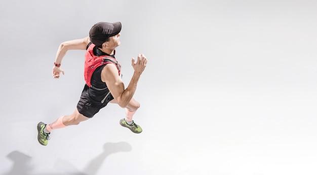 Hombre de alto ángulo corriendo
