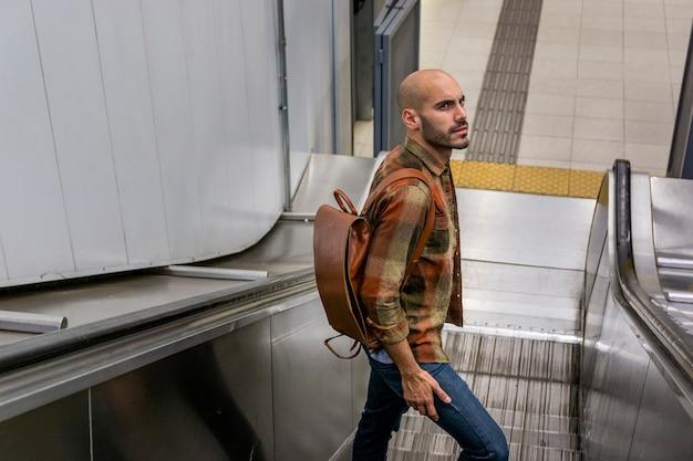 Hombre de alto ángulo en escalera móvil