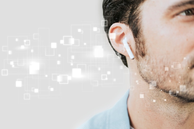 Hombre americano escuchando música en auriculares inalámbricos digital remix