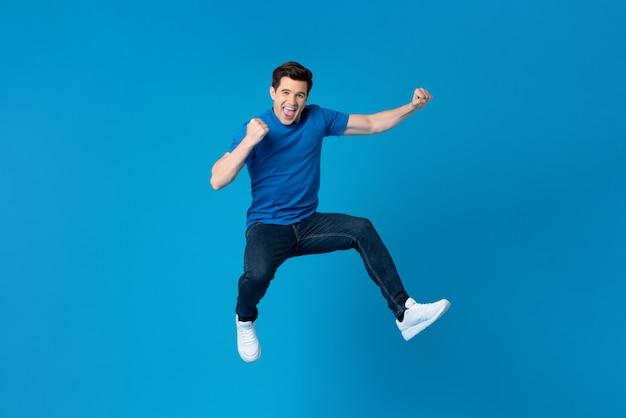 Hombre americano saltando y disfrutando su éxito.