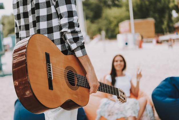 Hombre con amigos de guitarra clásica tienen descanso