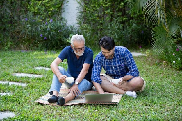 Hombre y anciano usando una computadora