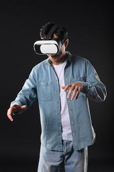Hombre de ángulo bajo con casco de realidad virtual