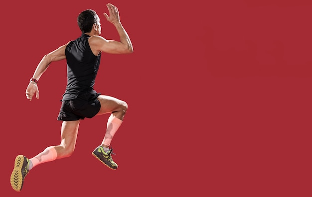 Hombre de ángulo bajo corriendo con espacio de copia