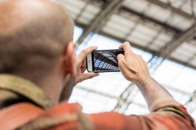 Hombre de ángulo bajo viajando tomando fotos