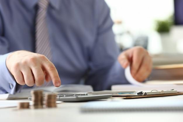 Hombre con anillo calcular concepto de informe de impuestos de ingresos