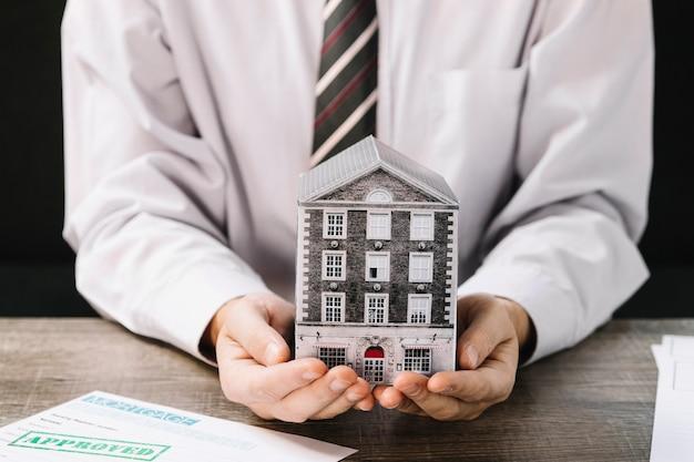 Hombre anónimo sugiriendo bienes raíces