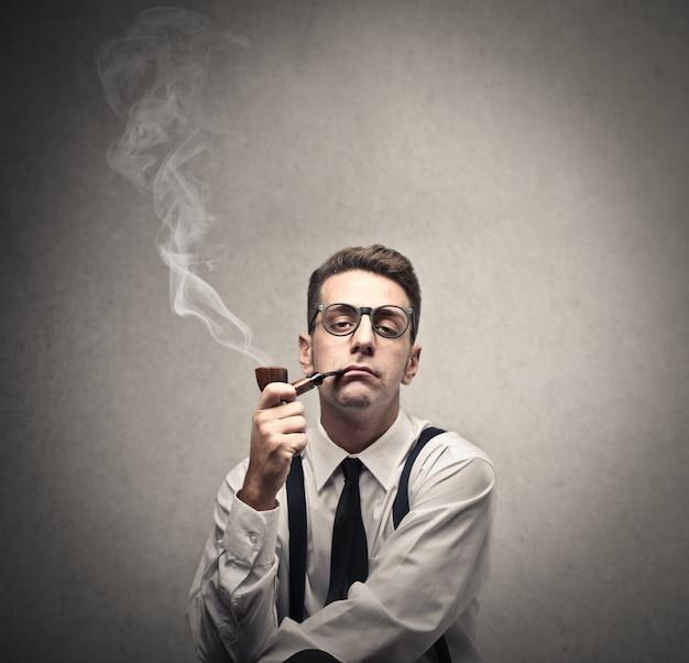 Hombre anticuado fumando una pipa