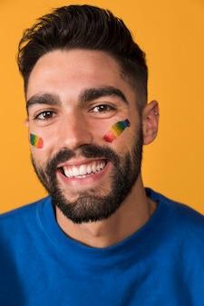 Hombre apuesto sonriente con dientes con el símbolo lgbt en la cara