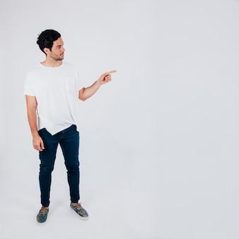 Hombre apuntando dedo hacia un lado