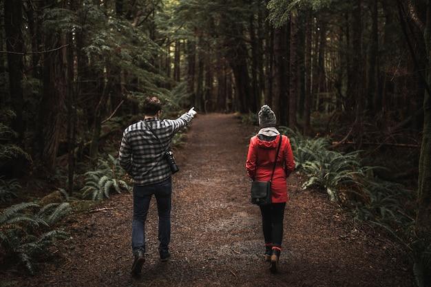Hombre apuntando a distancia para mujer