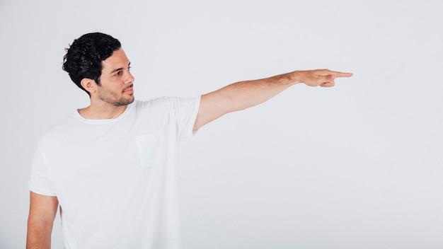 Hombre apuntando hacia un lado