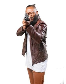 Hombre apuntando con su ametralladora
