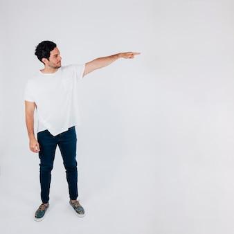 Hombre apuntando hacia su izquierda