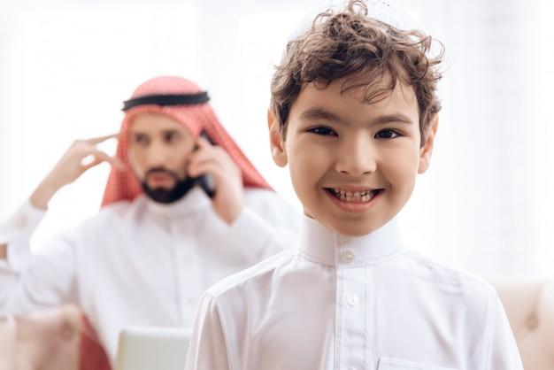 Hombre árabe borroso que habla en el teléfono.
