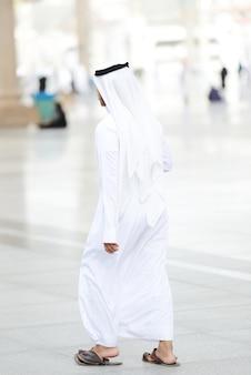 Hombre árabe caminando