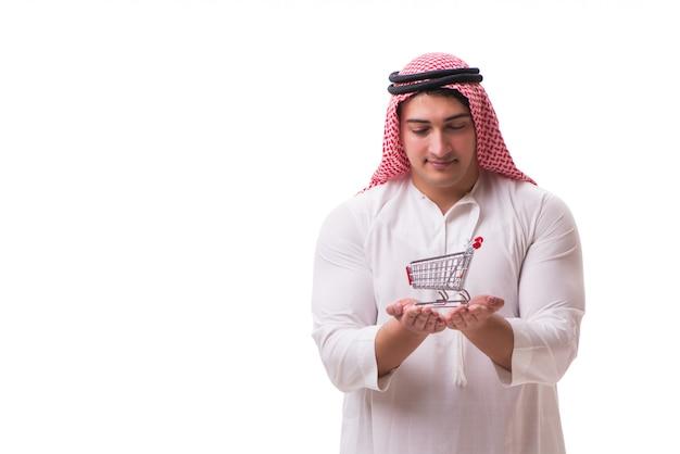 Hombre árabe con carrito de compras aislado en blanco