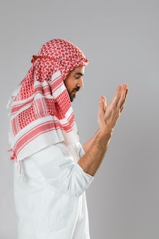 Hombre árabe con kandora de pie de lado