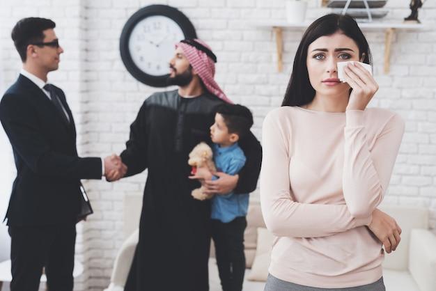 El hombre árabe está obteniendo la custodia de su hijo.