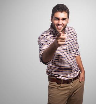Hombre árabe que apunta a la cámara