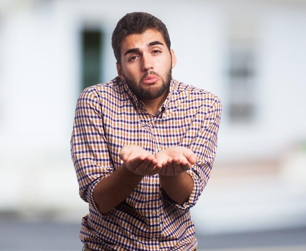 Hombre árabe que pide con las manos extendidas