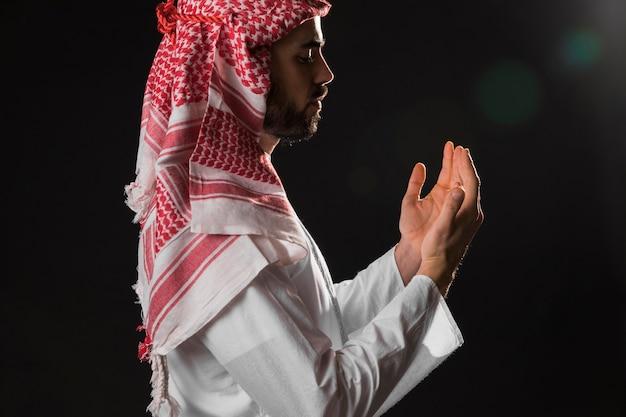 Hombre árabe con tiro medio kandora