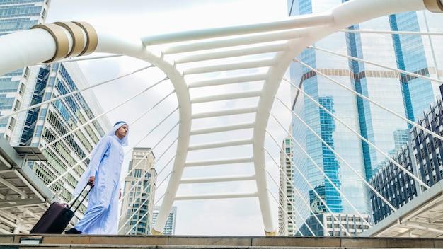 Hombre de arabia saudí viajero de negocios