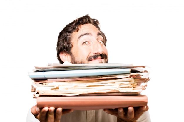 Hombre con un archivador y un montón de papeles