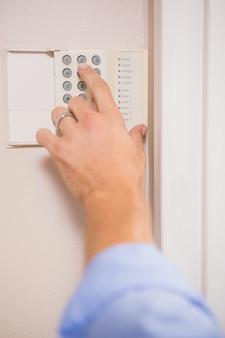 Hombre armando una alarma casera