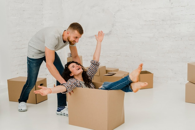 Hombre arrastrando mujer en caja