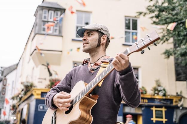 Hombre artista callejero tocando la guitarra