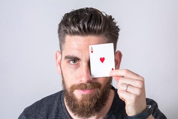 Hombre con as de corazones