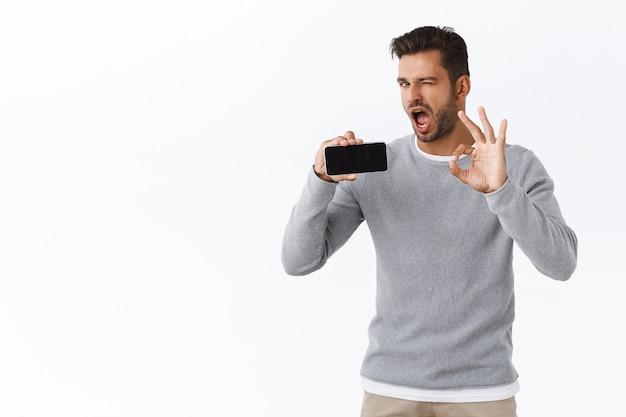 El hombre le asegura que se enamorará de la nueva aplicación o juego móvil.
