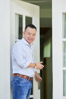 Hombre asiático en casa