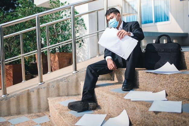 Hombre asiático desempleado en crisis de virus covid-19 y el estrés de una crisis económica desesperada.