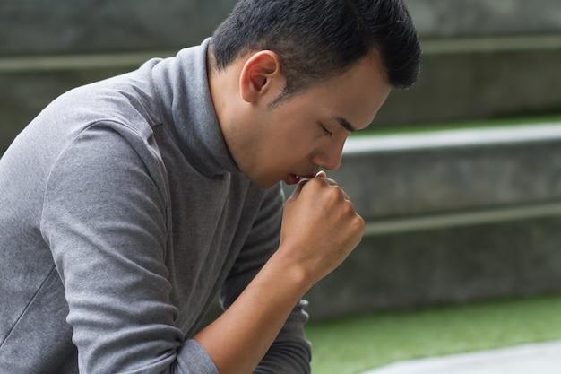 Hombre asiático enfermo alérgico tos