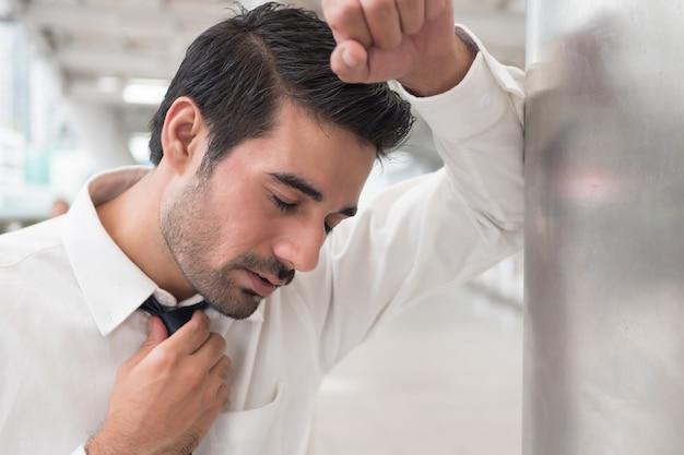 Hombre asiático enfermo tosiendo; retrato de un hombre indio asiático enfermo, enfermo con dolor de garganta, inflamación